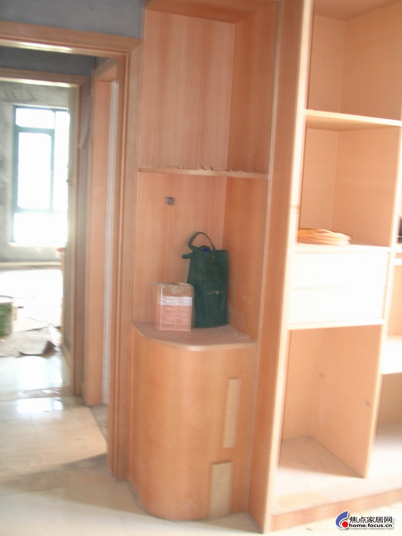 入门即见的玄关柜,是我们自己画图片叫木工做的,出来效果还
