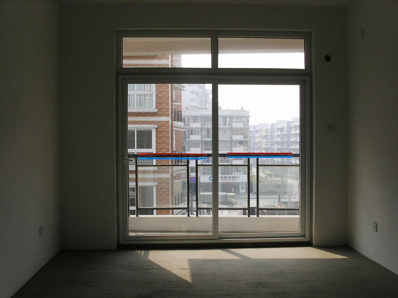 我的客厅,未装修,请指教,身后是主厕,主厕通风窗朝着楼梯间高清图片